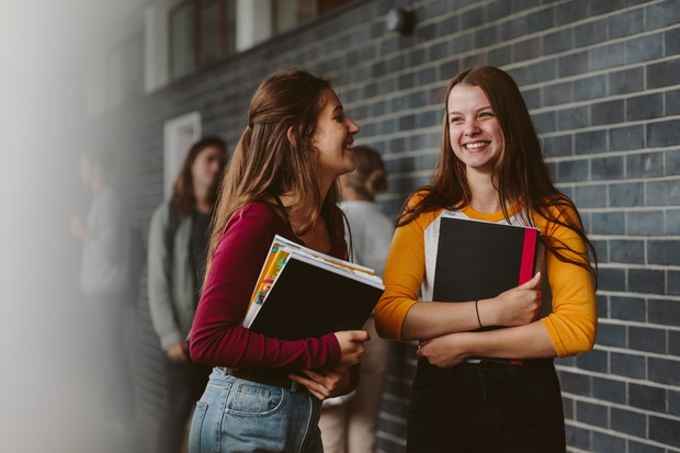 Фото №1 - 5 вещей, которые произойдут с вашей дружбой после окончания школы (и это нормально!)