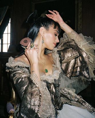 Фото №2 - Такой вы ее еще не видели: Дуа Липа в платье XVIII века