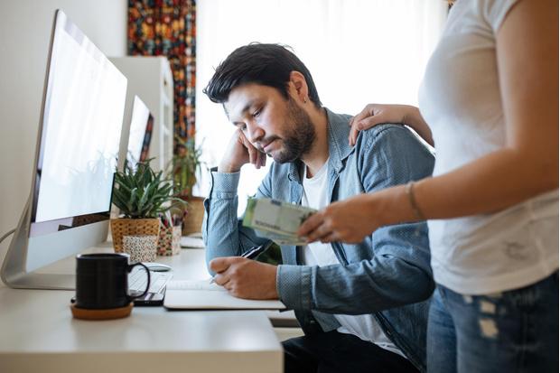 Фото №1 - Стоит ли давать мужу деньги: объясняет финансист