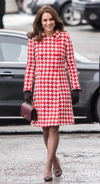 Фото №2 - Все цвета радуги: почему герцогиня Кейт так любит яркие пальто