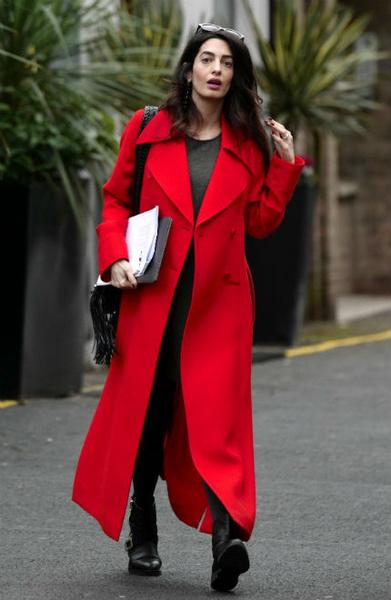 Фото №2 - Всегда безупречна: 11 лучших нарядов беременной Амаль Клуни