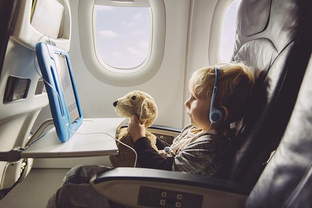 Фото №1 - 10 способов занять малыша в самолете