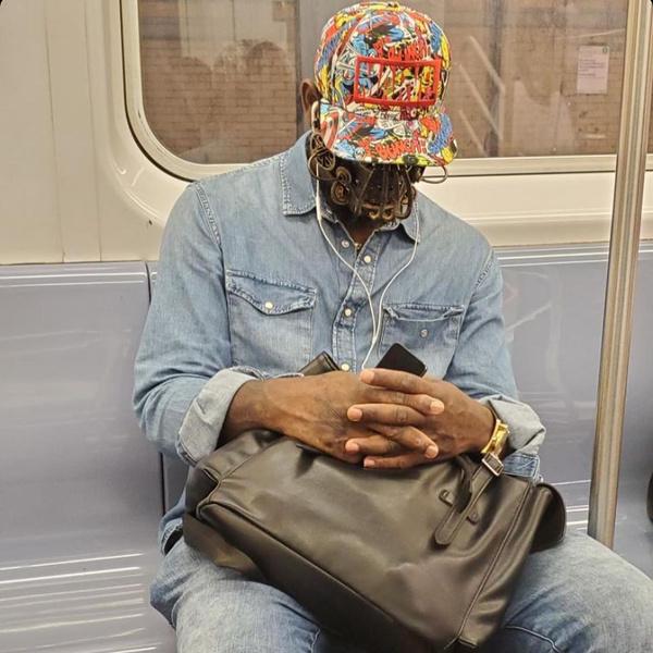 Фото №6 - Как люди ездят в метро во время пандемии: 40 уморительных фото