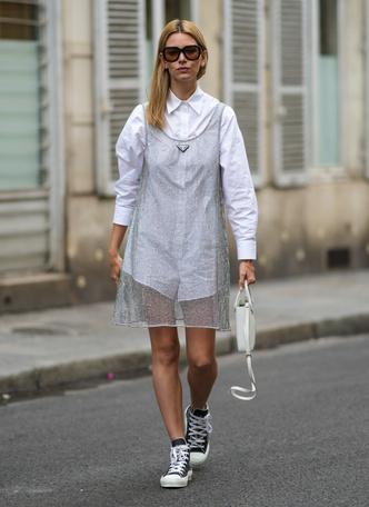 Фото №10 - Какие платья можно носить с кроссовками: советы стилиста
