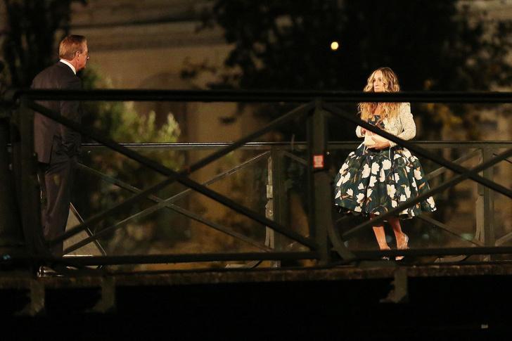 Фото №3 - Место встречи изменить нельзя: Кэрри Брэдшоу и мистер Биг на мосту Искусств в Париже