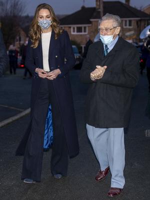 Фото №10 - Все наряды герцогини Кейт в рождественском туре по Великобритании