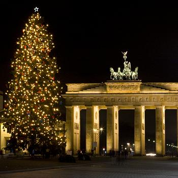 Елка в Берлине рядом с главным символом города - Браденбургскими воротами.