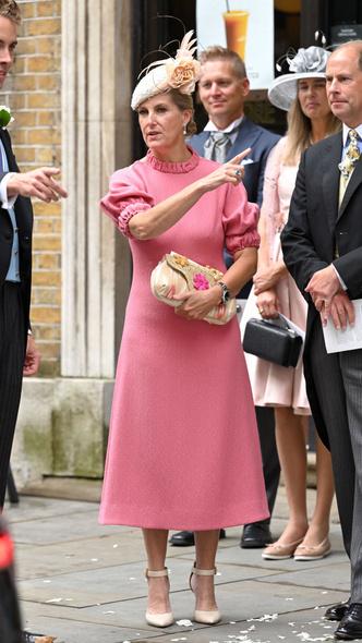 Фото №3 - Английская роза: любимая невестка Королевы впервые за долгое время вышла в свет (и ее наряд покорил всех) 