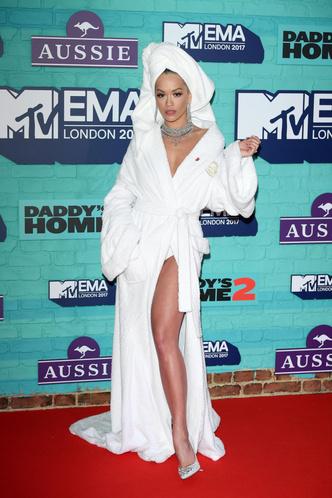 Фото №19 - Премия MTV EMA: лучшие звездные образы за всю историю
