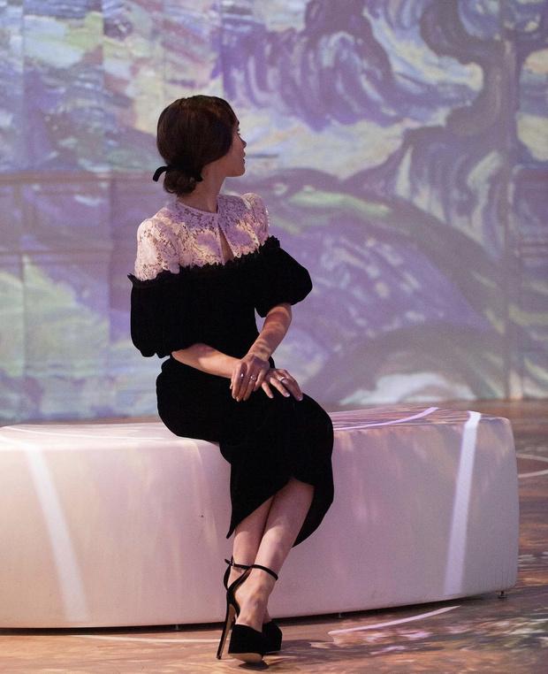 Фото №2 - Русское платье из кружева и бархата, в котором Лили Коллинз ходит в музей