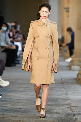Фото №43 - Идеально скроенные пальто, самые стильные тренчи и брючные костюмы на показе Max Mara