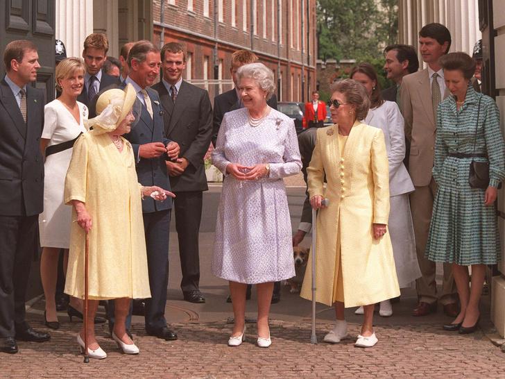Фото №20 - Сестры и лучшие подруги: 20 самых трогательных и теплых фото Королевы и принцессы Маргарет