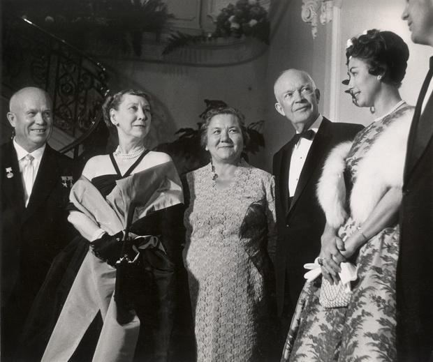 Фото №1 - От Хрущевой до Путиной: как выглядели и одевались первые леди нашей страны