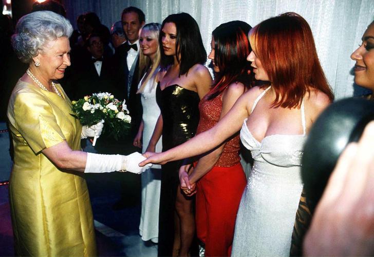 Фото №13 - Как звезды одевались на встречи с Королевой: от гламура Мэрилин Монро до латекса Леди Гаги