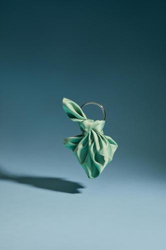 Фото №3 - Green summer: атласная сумка Madame Chatelet, которая станет самым красивым аксессуаром в вашем гардеробе