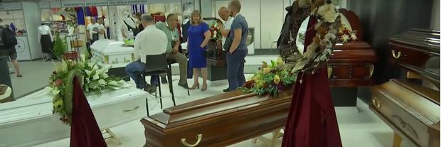 Фото №5 - Гробы в виде шоколадки Milka, Ferrari или бутылки Jack Daniel's: как будут выглядеть похороны в недалеком будущем
