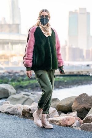 Фото №1 - Зимняя нежность: Оливия Палермо в шубе колорблок и «зефирных» ботинках