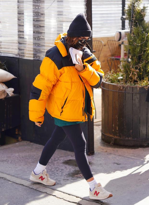 Фото №2 - Какой пуховик выбрать для последнего месяца зимы? Эмили Ратаковски делает ставку на желтый!