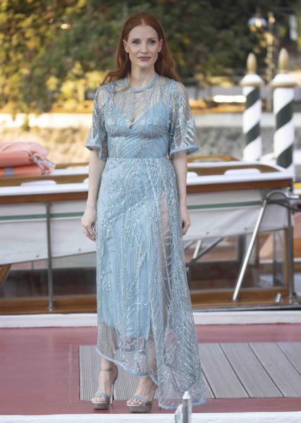 Фото №4 - 7 самых красивых звездных мам на красной дорожке Венецианского кинофестиваля-2021