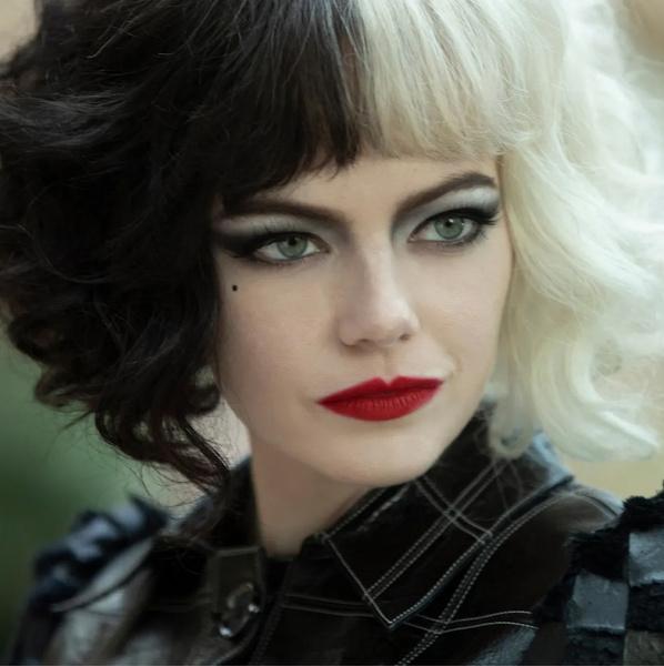 Фото №1 - Это официально: Эмма Стоун вернется к роли злодейки в сиквеле «Круэллы»