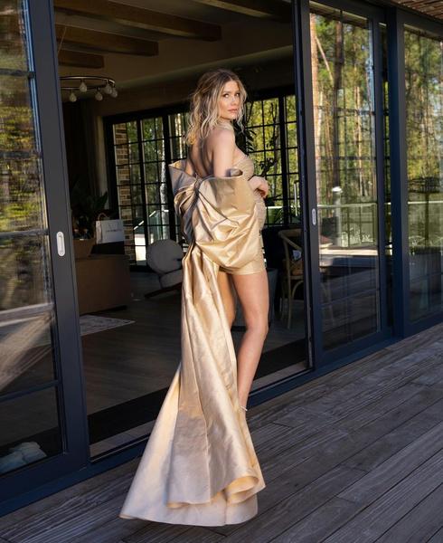 Беременная Елена Перминова нарядилась в золотое мини: фото