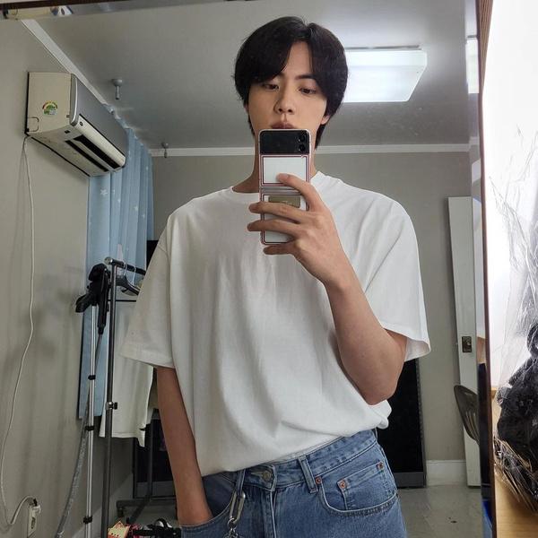 Фото №1 - Как сделать модным простой образ с белой футболкой: показывает Джин из BTS
