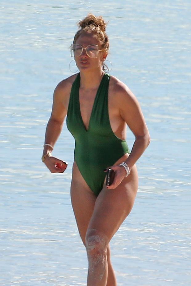 Фото №1 - В изумрудном купальнике на белоснежном пляже: Дженнифер Лопес на отдыхе
