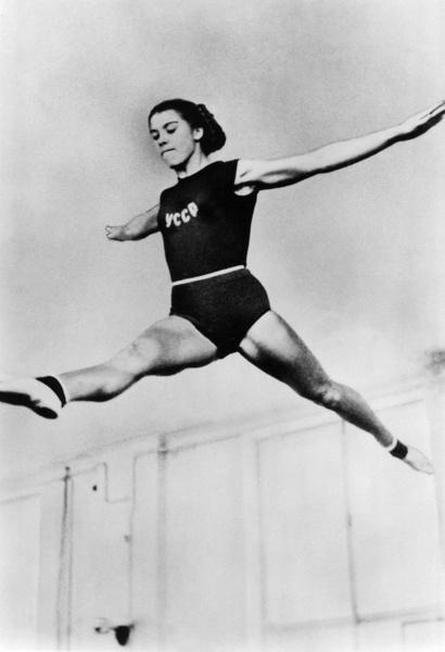 Фото №3 - Чемпионка на 4-м месяце беременности: история гимнастки Ларисы Латыниной, которая прыгнула выше головы