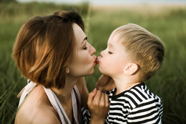 Можно ли целовать ребенка в губы мнения специалистов