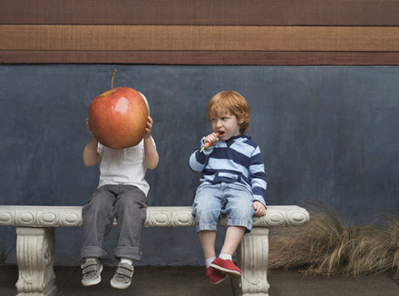 Дети с яблоком и морковкой