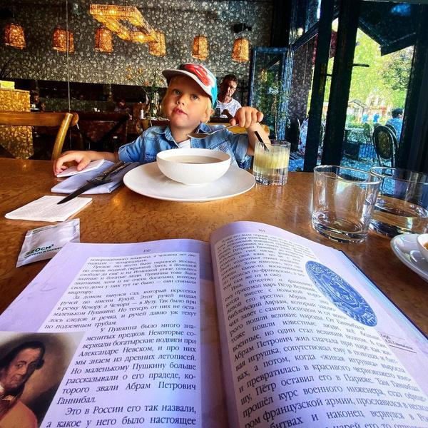 Фото №1 - Подписчики раскритиковали Максима Виторгана за фото сына за обедом