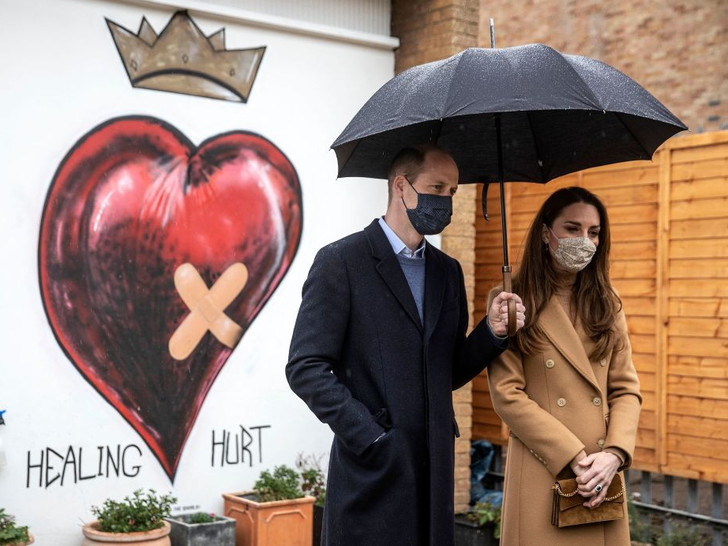 Фото №3 - Как Кейт переживает скандал из-за интервью Сассекских: читаем язык тела герцогини
