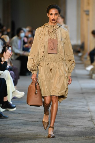 Фото №47 - Идеально скроенные пальто, самые стильные тренчи и брючные костюмы на показе Max Mara