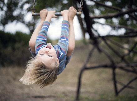 Ребенок на качелях