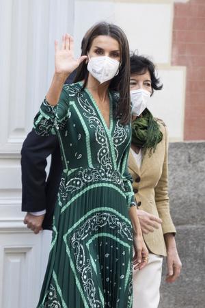 Фото №1 - Идеальное изумрудное платье на лето найдено! Показывает королева Летиция