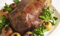 Сочное мясо и хрустящая корочка: гусь с яблоками в духовке