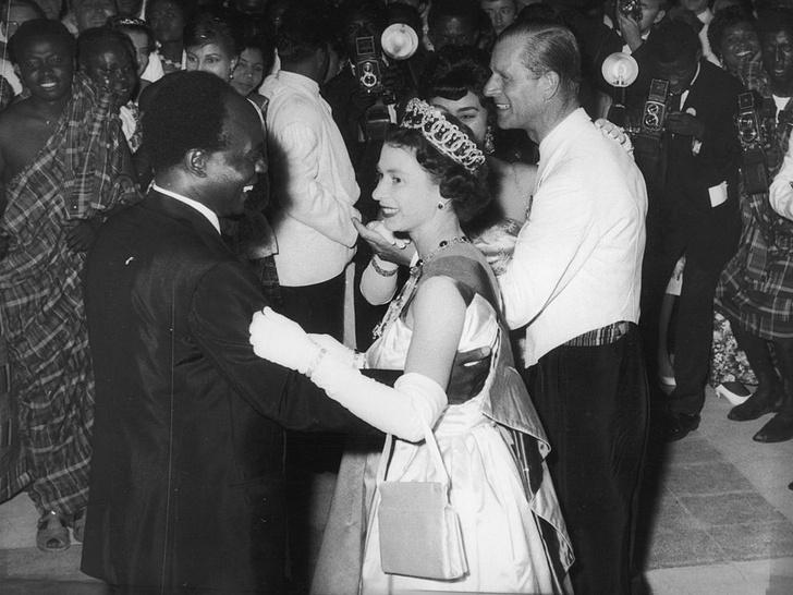 Фото №2 - Короли диско: самые эффектные танцы Виндзоров— от Елизаветы до Уильяма