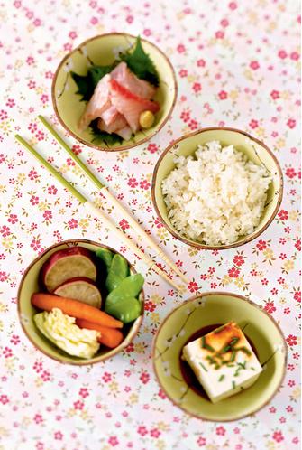 Сырая рыба, чуть припущенные овощи, тофу, рис, зеленый чай. Все готово!