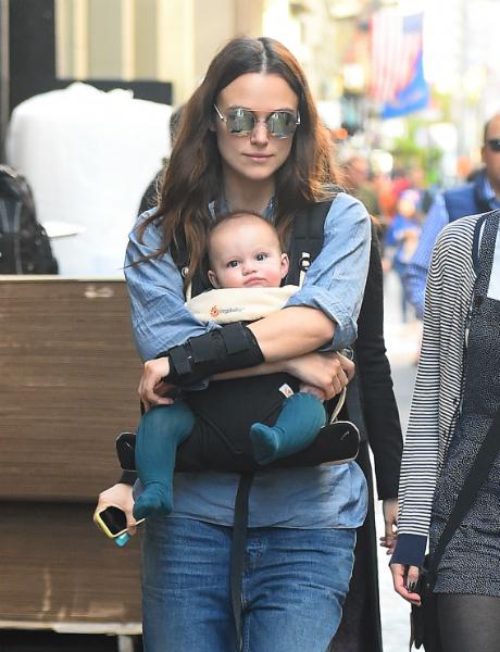 Кира Найтли на прогулке по Нью-Йорку показала полуторагодовалую дочь