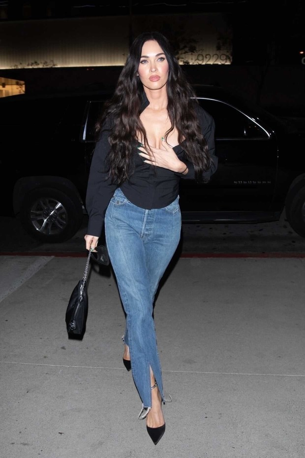 Фото №1 - Красота по-американски: Меган Фокс в джинсах с «обманом» и топе с прямоугольным декольте