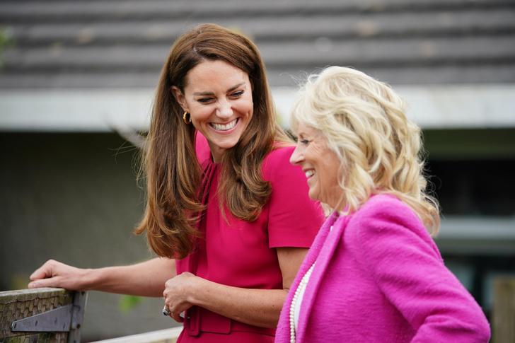 Фото №3 - Будущие королевы выбирают розовый: Кейт Миддлтон в безупречном платье на встрече с Джилл Байден