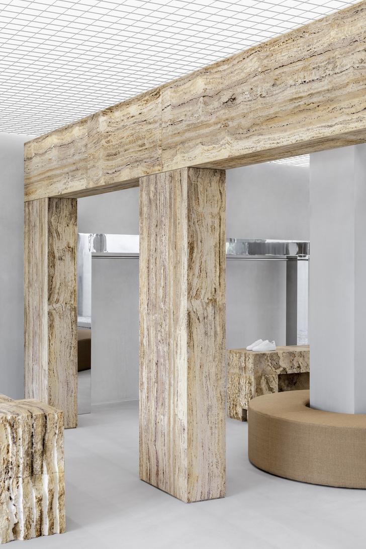 Фото №3 - Травертин и бетон: шоурум Axel Arigato в Париже