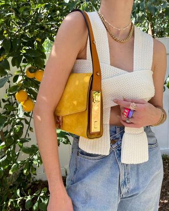 Фото №4 - Самый летний тренд: как носить пластиковые кольца, как у Беллы Хадид и Дуа Липы