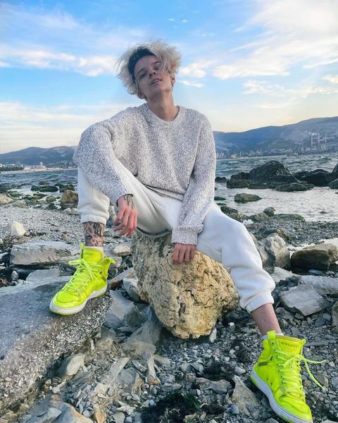 Фото №1 - Как носить яркие кроссовки: учимся у Егора Шипа