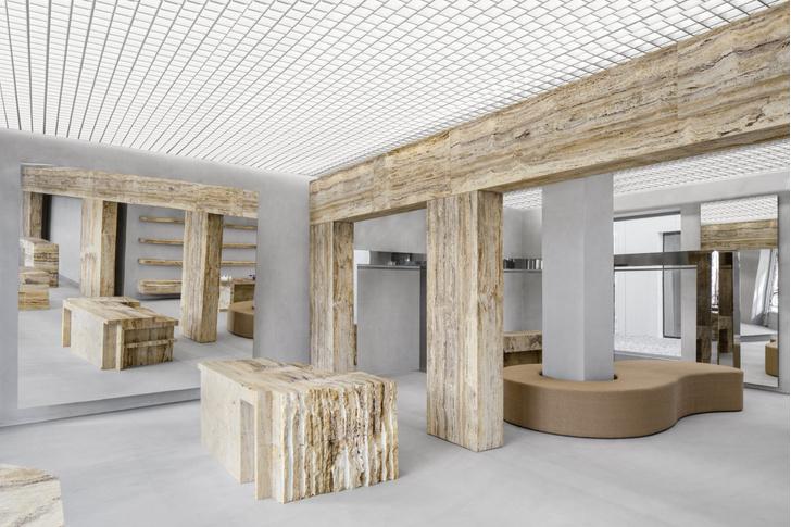 Фото №1 - Травертин и бетон: шоурум Axel Arigato в Париже