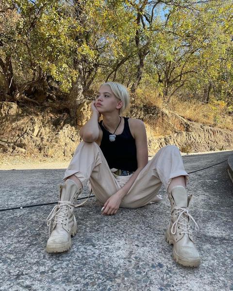 Фото №1 - С чем носить бежевые брюки: подсмотрено у Юли Гаврилиной