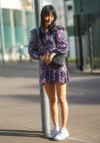 Фото №2 - Какие платья можно носить с кроссовками: советы стилиста