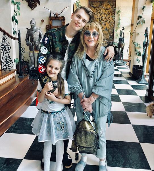 Примадонна с внуками Дени и Клавдией