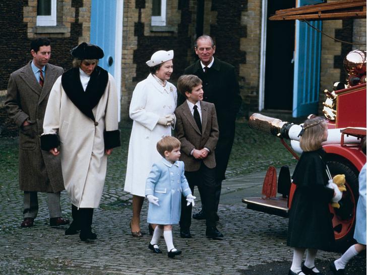 Фото №3 - Любимый дедушка: 25 самых трогательных фото принца Филиппа с внуками