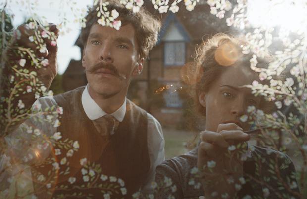 Фото №1 - В Сети появился первый кадр нового фильма с Бенедиктом Камбербэтчем, где он носит шикарные усы